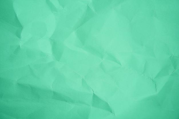 Grünes blatt zerknitterte papierfarbe