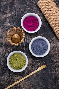 Grünes, blaues und rosa matcha-pulver
