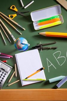 Grünes brett der abc-schultafel zurück zu schule
