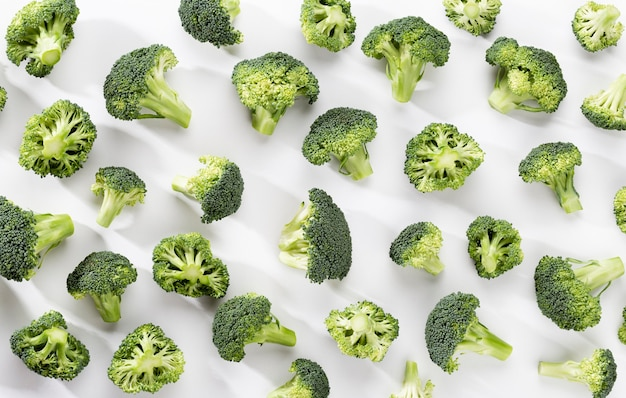 Grünes brokkoli-muster-essen. isoliertes gemüse auf weißem hintergrund. draufsicht.
