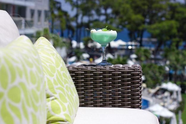 Grünes cocktail in einem schönen glas mit eiscreme und grünen tadellosen blättern