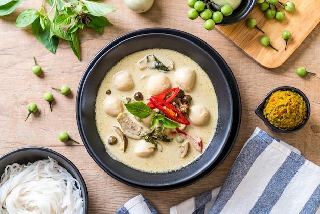 Grünes curry mit fischbällchen