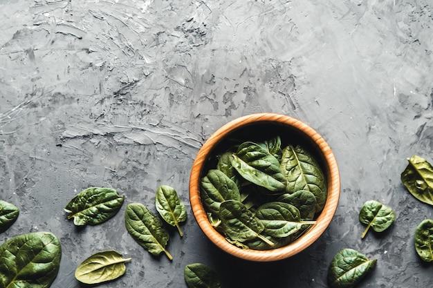 Grünes essen hintergrund auf steintisch-draufsicht. gesundes essen, vegan, öko-produkte.