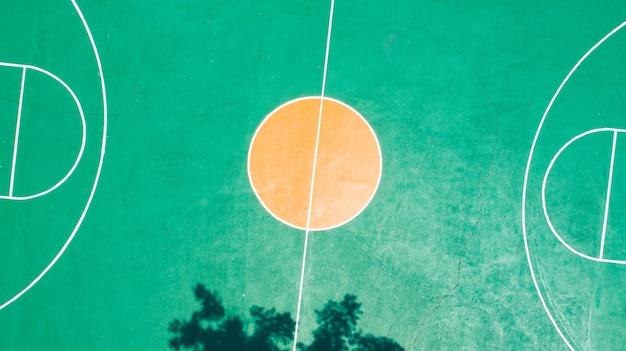 Grünes farbfoto des basketballplatzes auf draufsicht durch brummen