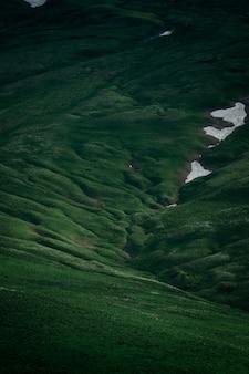 Grünes feld auf plateau