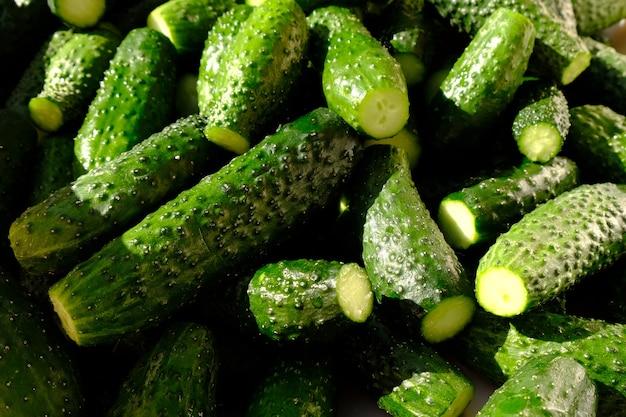Grünes frisches licht der frischen gurke, essiggurkenhintergrund.