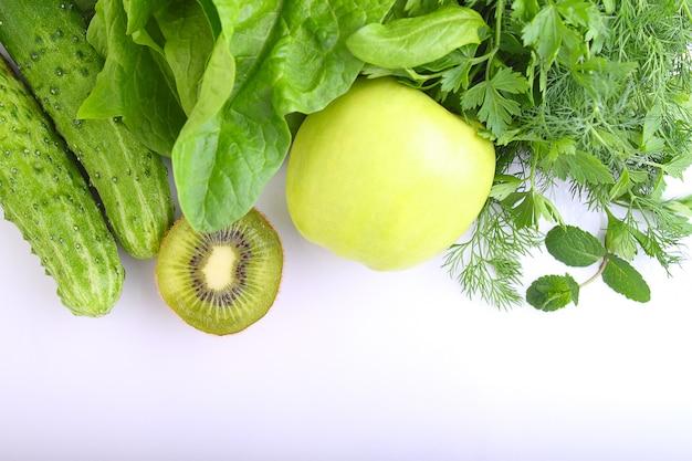 Grünes gemüse apfel, spinat, kiwi, gurke, petersilie, dill und minze. zutaten für smoothies