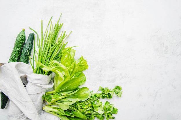 Grünes gemüse auf marmorhintergrund