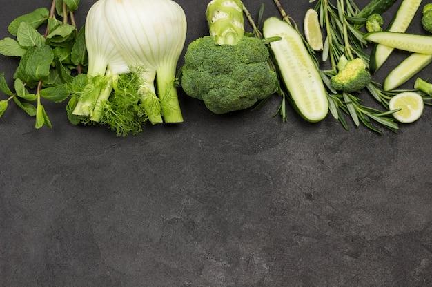 Grünes gemüse, fenchel-brokkoli-gurkenzweige mit minz-rosmarin-zitrone.