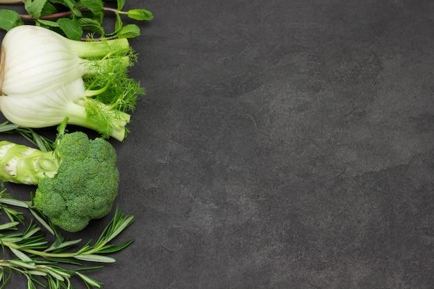 Grünes gemüse, fenchelbrokkoli-gurken, zweige minz-rosmarin.
