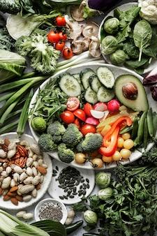 Grünes gemüse mit gemischten nüssen flach legen gesunden lebensstil