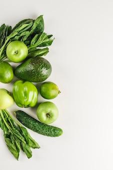 Grünes gemüse und früchte auf weiß