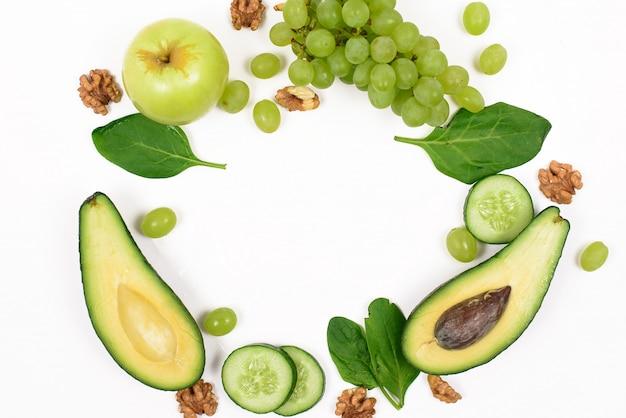 Grünes gemüse und obst auf einer weißen oberfläche
