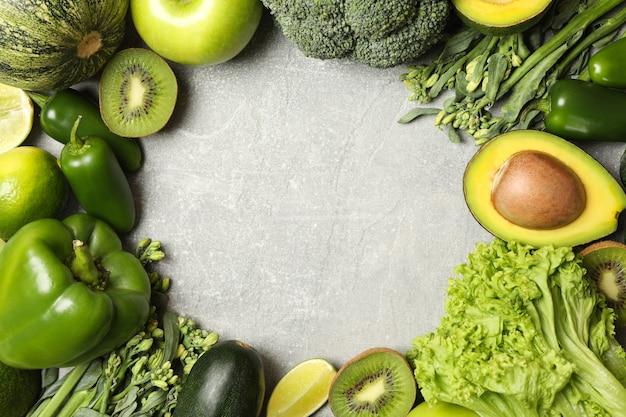Grünes gemüse und obst auf grauem hintergrund
