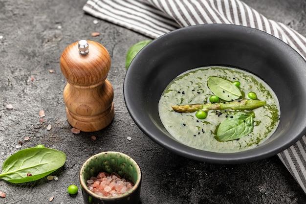Grünes gemüsecremesuppenpüree mit spargel, brokkoli und spinat