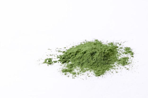 Grünes gemüsepulver auf weiß