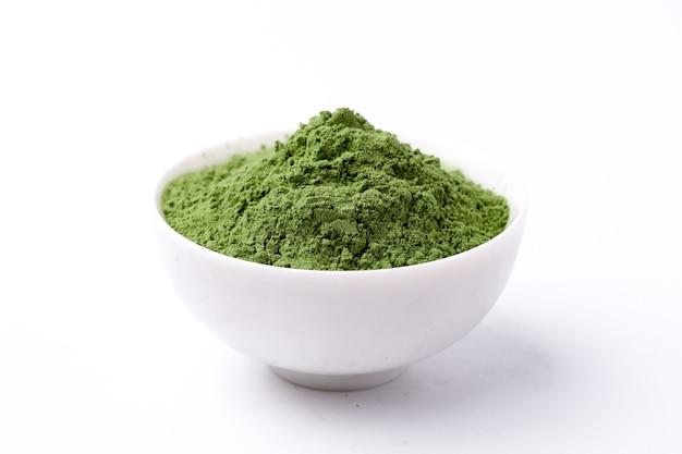 Grünes gemüsepulver auf weißer tasse