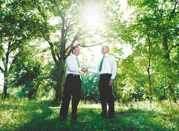 Grünes geschäfts-händedruck-vereinbarung-zusammenarbeits-konzept