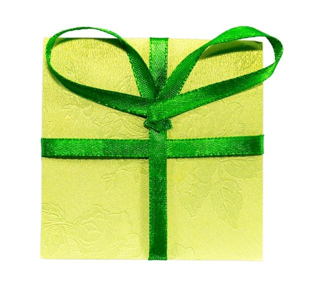 Grünes geschenk mit grünem band und bogen. isoliert