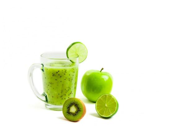 Grünes gesundes cocktail der kiwi, des grünen apfels, des kalkes und der minze lokalisiert auf weißer hintergrundansicht eines gauners