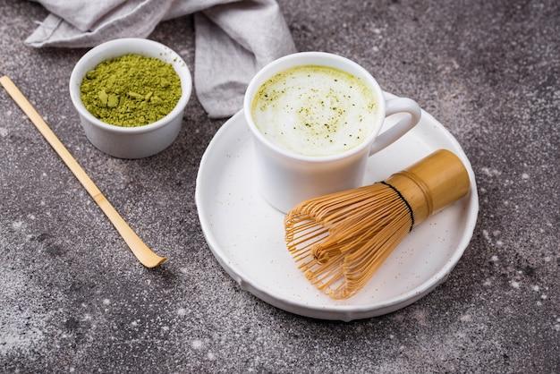 Grünes gesundes matcha latte getränk