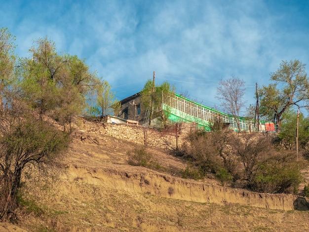 Grünes haus auf der spitze eines berges. gästehaus in gunib. dagestan.