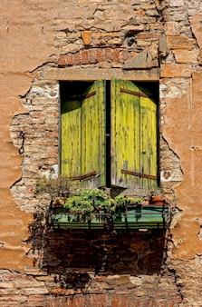 Grünes holzfenster