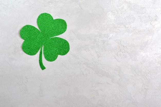 Grünes kleeblatt auf hellem hintergrund. st.patrick 's day hintergrund. symbol von irland. speicherplatz kopieren