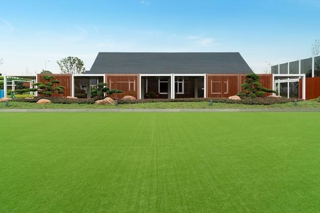 Grünes leben, grasland und ferne häuser