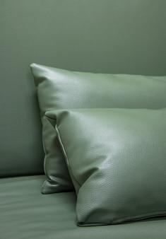 Grünes leder kissen auf dem sofa
