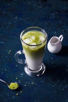 Grünes matcha-milchpulver und eistee-sommergetränk