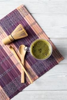Grünes matcha-teegetränk und zubehör. japanisches teezeremoniekonzept.