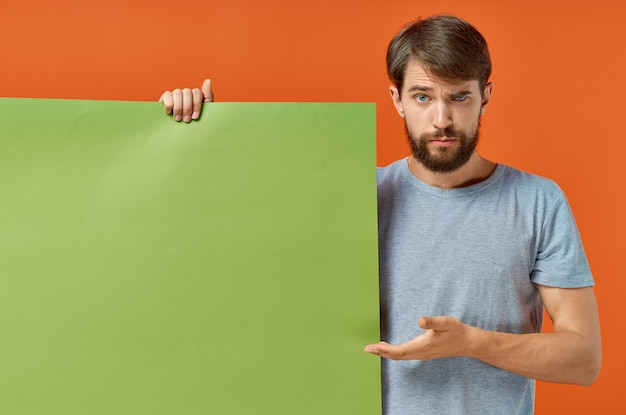 Grünes modellplakatpräsentationsmarketing der emotionalen mann-t-shirts.
