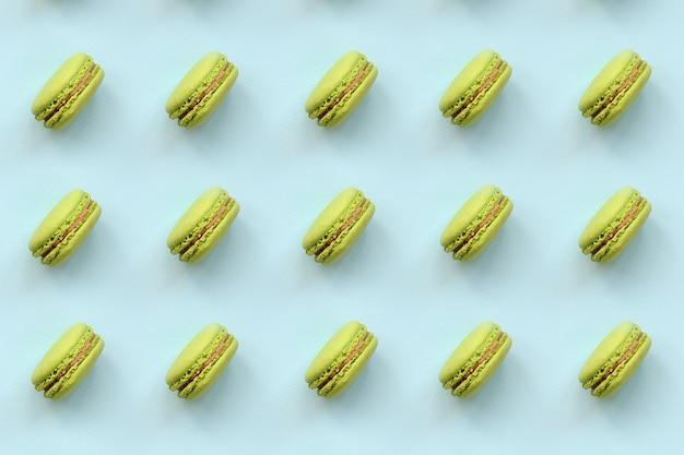 Grünes nachtischkuchen macaron oder makrone auf draufsicht des modischen blauen pastellhintergrundes