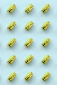 Grünes nachtischkuchen macaron oder makrone auf modischem pastell