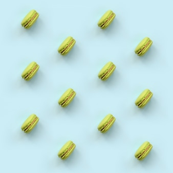 Grünes nachtischkuchen macaron oder makrone auf modischem pastellblau