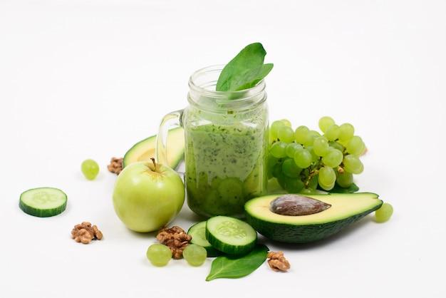 Grünes obst und gemüse auf weißer oberfläche