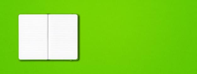 Grünes offenes liniertes notizbuchmodell lokalisiert auf buntem hintergrund. horizontales banner