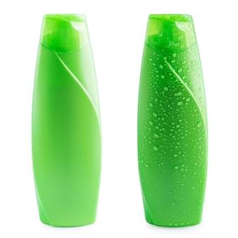 Grünes plastikflaschenshampoo mit wassertropfen auf weiß