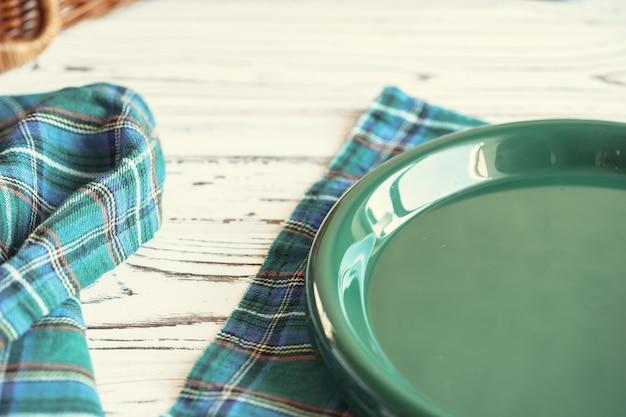 Grünes plastikküchengeschirr auf einem tabellenabschluß oben