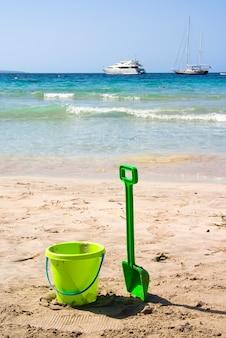 Grünes strandspielzeug