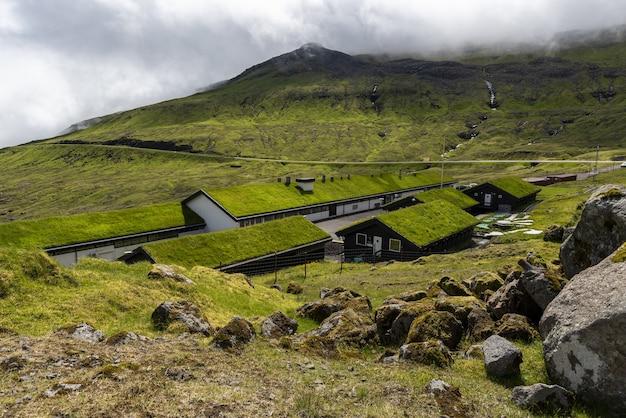 Grünes tal mjorkadalur auf der färöischen insel