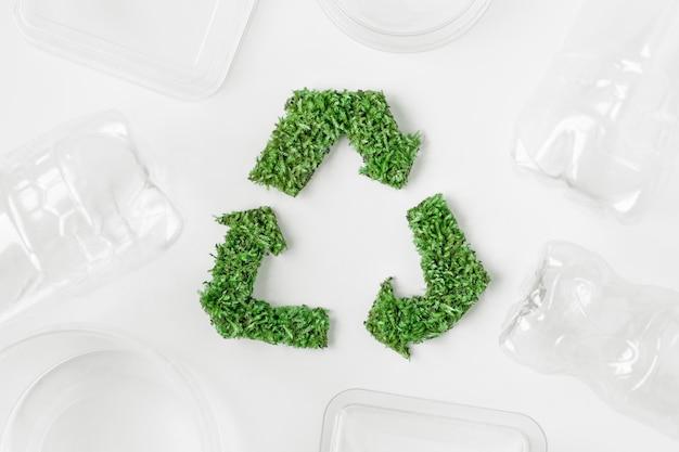 Grünes zeichen ist ein symbol für das recycling von abfall aus gras auf einem weißen hintergrund. das konzept ökologie