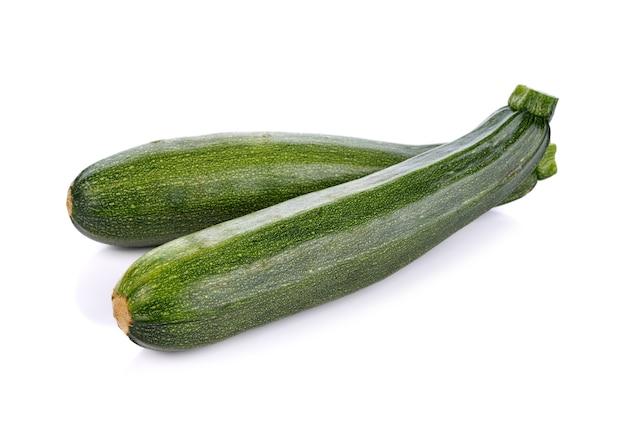 Grünes zucchinigemüse lokalisiert auf weiß
