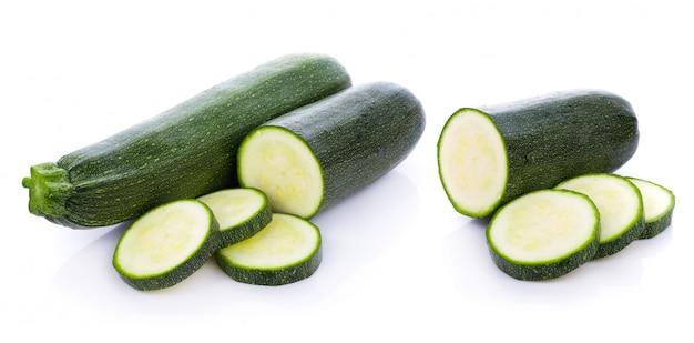 Grünes zucchinigemüse lokalisiert auf weißem hintergrund