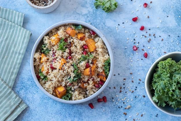 Grünkohl-, butternusskürbis-, granatapfel- und quinoa-salat