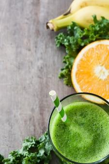 Grünkohl smoothie im glas mit früchten