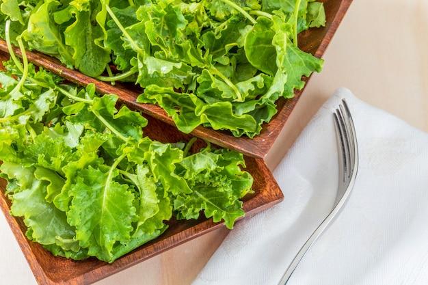 Grünkohlknospen (kohl). salat mit einem rustikalen und gesunden aspekt.