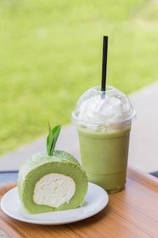 Grüntee-brötchenkuchen mit teeblättern und eisgekühltem grüntee mit milch grüntee-brötchenkuchen