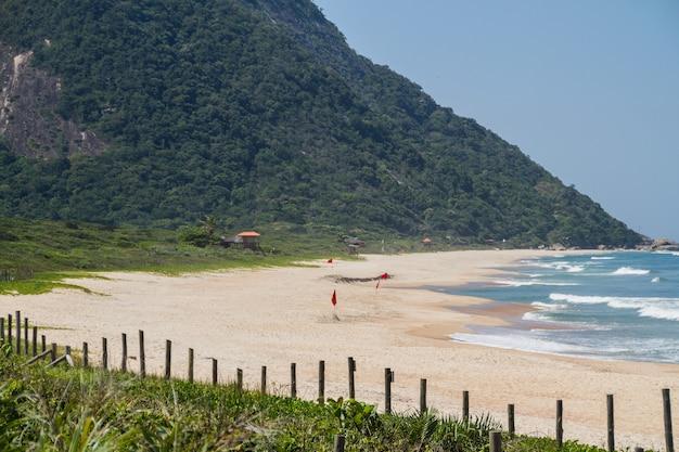 Grumari strand auf der westseite von rio de janeiro brasilien.